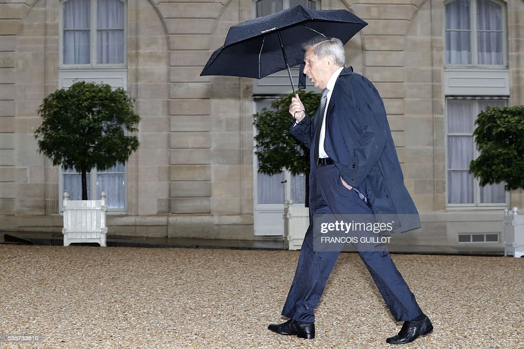 French physicist Claude Cohen-Tannoudji arrive at the Elysee palace in Paris prior to a meeting with the French President on May 30, 2016 following an article, signed by seven Nobel Prize winners and one Fields medal winner, published in the French newspaper Le Monde regarding the draft decree of budget cuts in research and higher education.