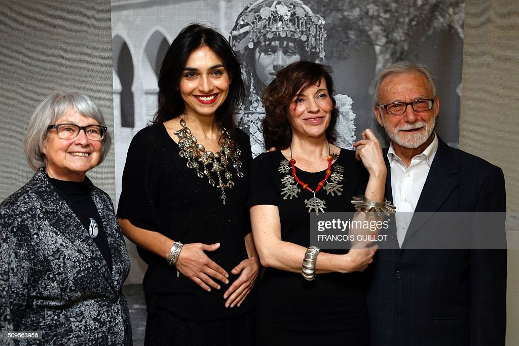 French pianist Charlotte Reinhardt and French actress Elodie Mennegand both wearing jewelry from the exhibition 'Tresors a porter' (jelwery to wear) stand next to French collector Bouvier couple at the Institut du Monde Arabe in Paris on February 11, 2016. / AFP / FRANCOIS GUILLOT