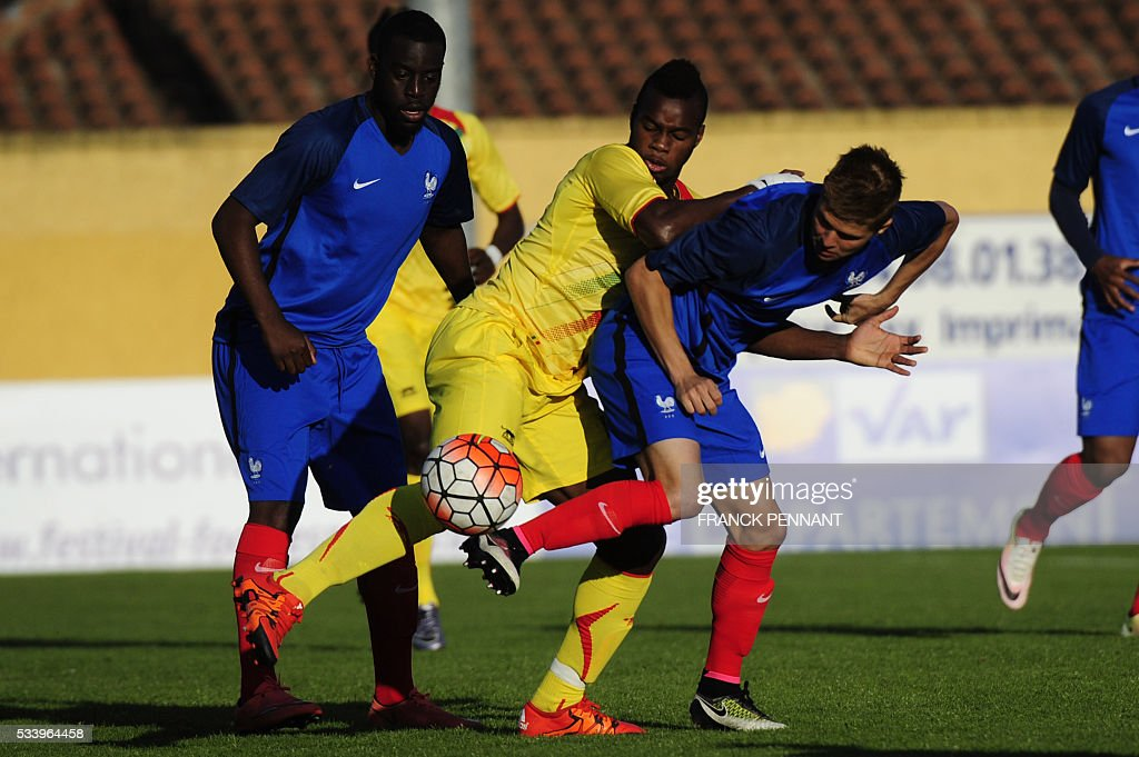 French player Alois Confais (R) vies with Malian player Lassana Coulibaly during the Under 21 international football match betwen France and Mali at the Perruc stadium in Hyeres, southern France on May 24, 2016, as part of the Toulon Hopefuls' Tournament. / AFP / Franck PENNANT