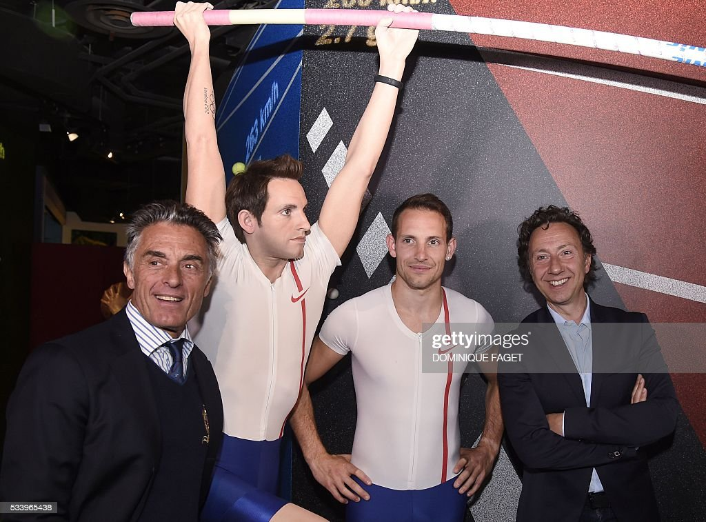 French pole vault champion Renaud Lavillenie, flanked by French journalists Gerard Holtz (L) and Stephane Bern (R), poses next to his waxwork model at the Grevin Museum in Paris on May 24, 2016 during the official presentation of his effigy in Paris. / AFP / DOMINIQUE