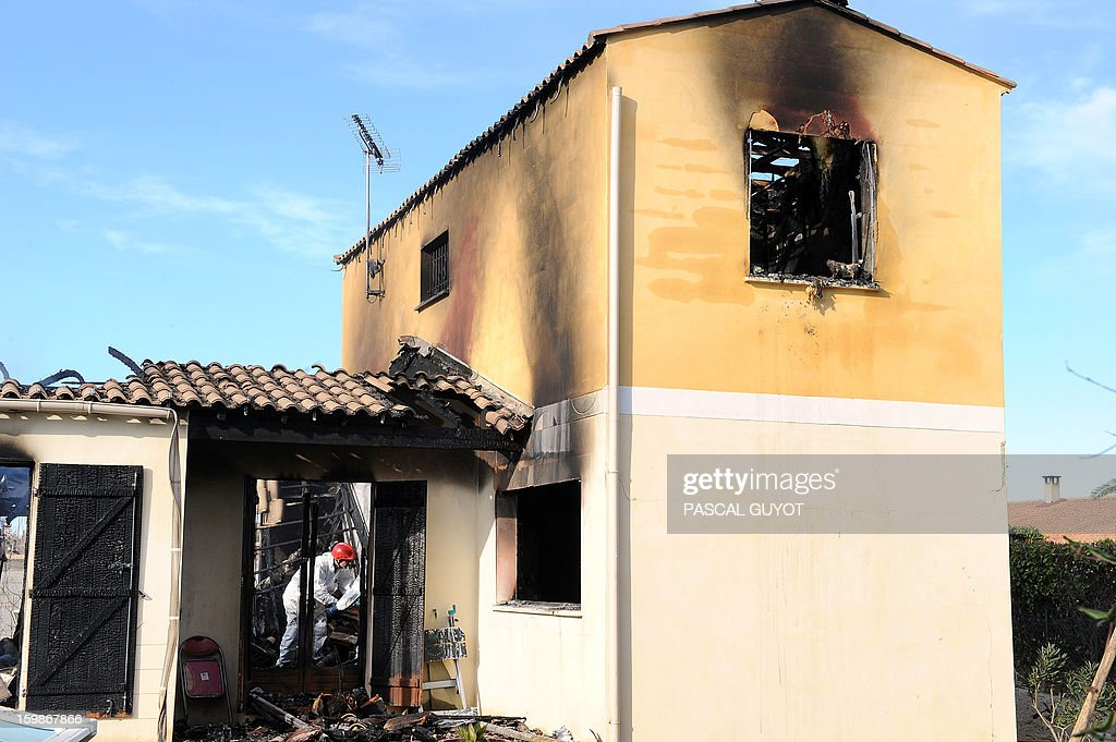 French policemen search index a house where five people were found dead on January 22, 2013 in Garons, near Nimes, southern France. The bodies of two adults and three children were found by firemen after a neigbour called for a fire in the afternoon. AFP PHOTO / PASCAL GUYOT