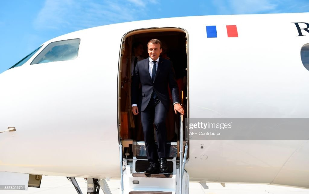 French President Emmanuel Macron disembarks the airplane upon arrival on August 23, 2017 at the airport in Salzburg. / AFP PHOTO / AFP PHOTO AND POOL / Bertrand GUAY