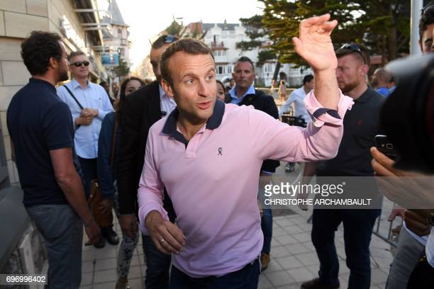 French President Emmanuel Macron gestures as he arrives at his home in Le Touquet northern France on June 17 2017 / AFP PHOTO / CHRISTOPHE ARCHAMBAULT