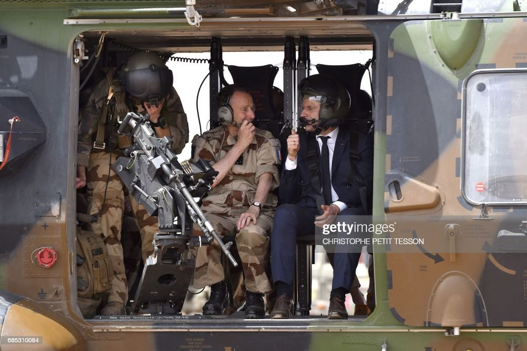 French President Emmanuel Macron (R) talks with Defence Staff French Army General Pierre de Villiers (C) after flying over Gao during a visit to the troops of France's Barkhane counter-terrorism operation in Africa's Sahel region in Gao, northern Mali, on May 19, 2017. French President Emmanuel Macron arrived on May 19 in conflict-torn Mali to visit French troops fighting jihadists on his first official trip outside Europe since taking power. /