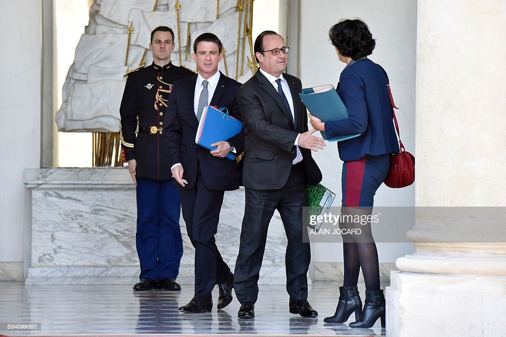 French president Francois Hollande (C), accompanies French Prime Minister Manuel Valls (L) and French Labour minister Myriam El Khomri (R) leaving the Elysee presidential palace after the weekly cabinet meeting on May 25, 2016, in Paris. / AFP / ALAIN