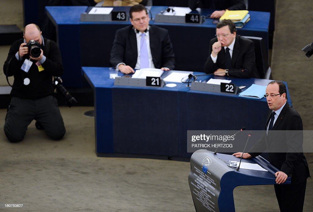 French President Francois Hollande (R) adresses the European Parliament in front of European Commission head Jose Manuel Barroso (back right) , on February 5, 2013 in Strasbourg, eastern France, two days before a summit on the EU budget. AFP PHOTO / PATRICK HERTZOG