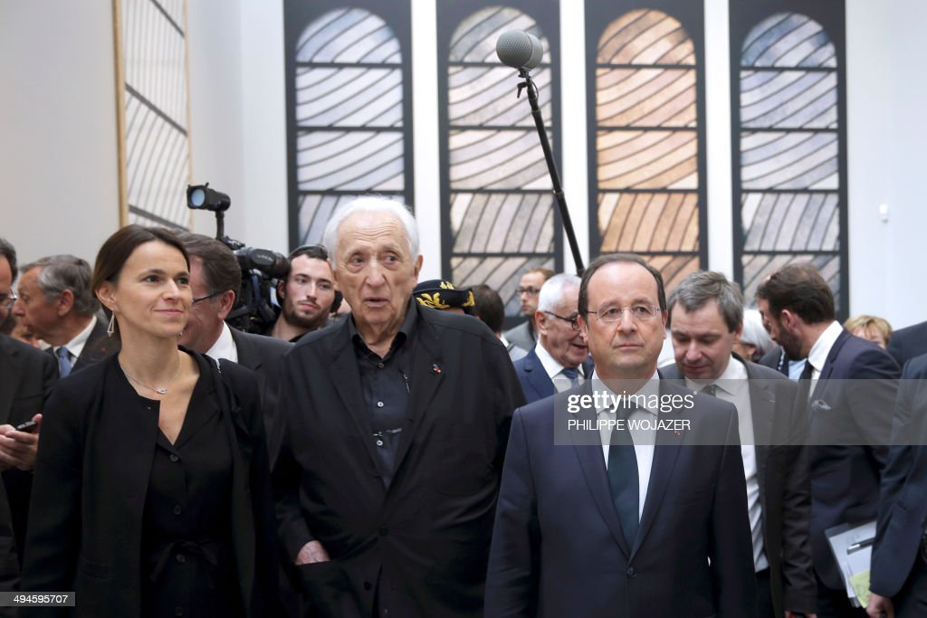 French President Francois Hollande (R) and French Culture Minister Aurelie Filippetti (L) nex to French painter Pierre Soulages (C) inaugurate the Soulages museum in Rodez, southern France, on May 30, 2014.
