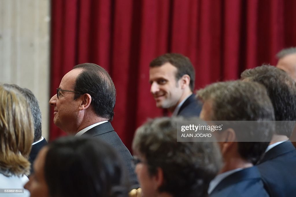 French President Francois Hollande, and French Economy and Industry minister Emmanuel Macron (R), attend a signing ceremony of an agreement between Air France-Klm and Safran industries at the Elysee palace, on May 24, 2016, in Paris. / AFP / POOL / ALAIN