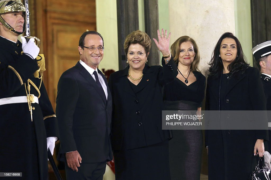 French President Francois Hollande (L) and his companion Valerie Trierweiler (2ndR) welcome Brazil's President Dilma Rousseff (2ndL) and her daughter Paula Araujo for a state dinner at the Elysee Palace in Paris on December 11, 2012. AFP PHOTO / POOL / PHILIPPE WOJAZER