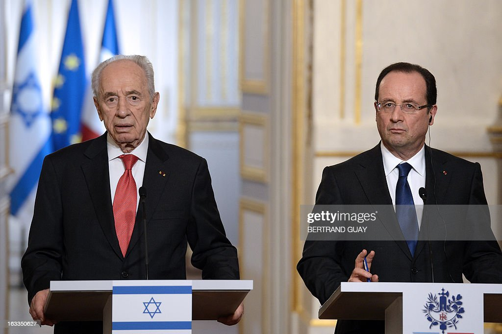 French President Francois Hollande and his Israeli counterpart Shimon Peres hold a press conference at the Elysee presidential palace on March 8, 2013 in Paris