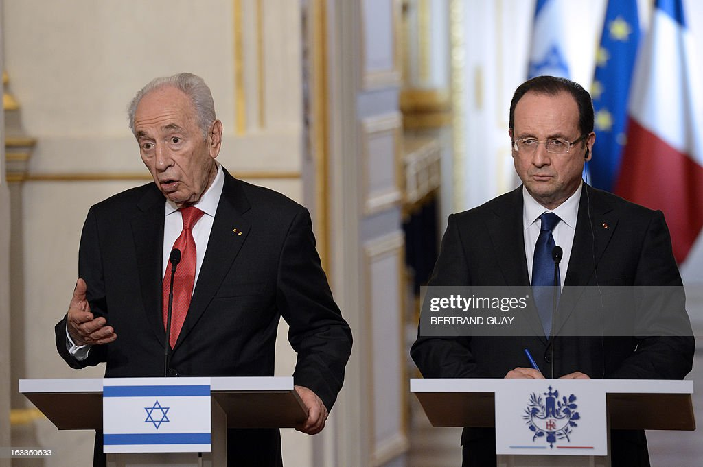French President Francois Hollande and his Israeli counterpart Shimon Peres hold a press conference at the Elysee presidential palace on March 8, 2013 in Paris.