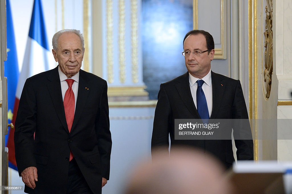 French President Francois Hollande (R) and his Israeli counterpart Shimon Peres arrive for a press conference after a meeting at the Elysee presidential palace on March 8, 2013 in Paris
