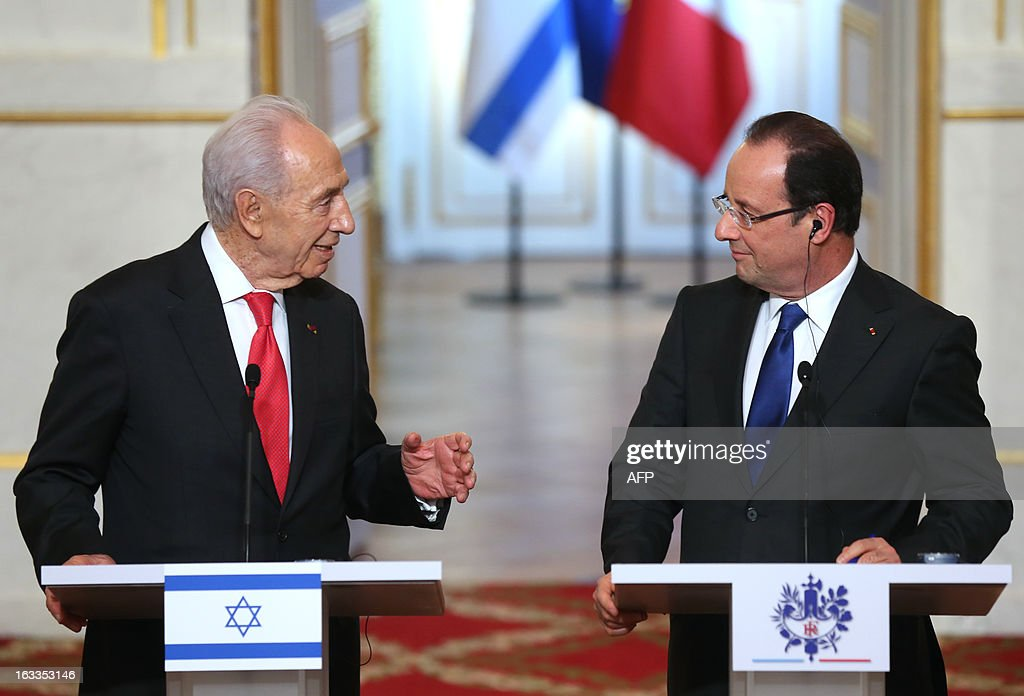 French President Francois Hollande (R) and his Israeli counterpart Shimon Peres hold a press conference at the Elysee presidential palace on March 8, 2013 in Paris. AFP PHOTO / THOMAS SAMSON