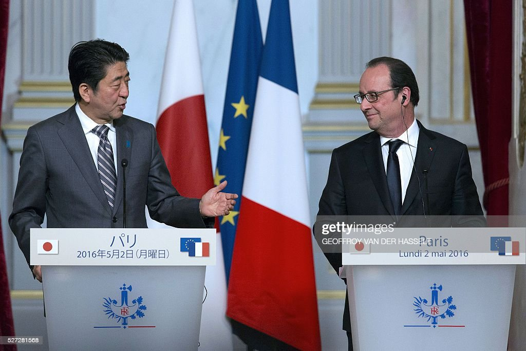 French President Francois Hollande (R) and Japanese Prime Minister Shinzo Abe hold a press conference in Paris on May 2, 2016. / AFP / GEOFFROY
