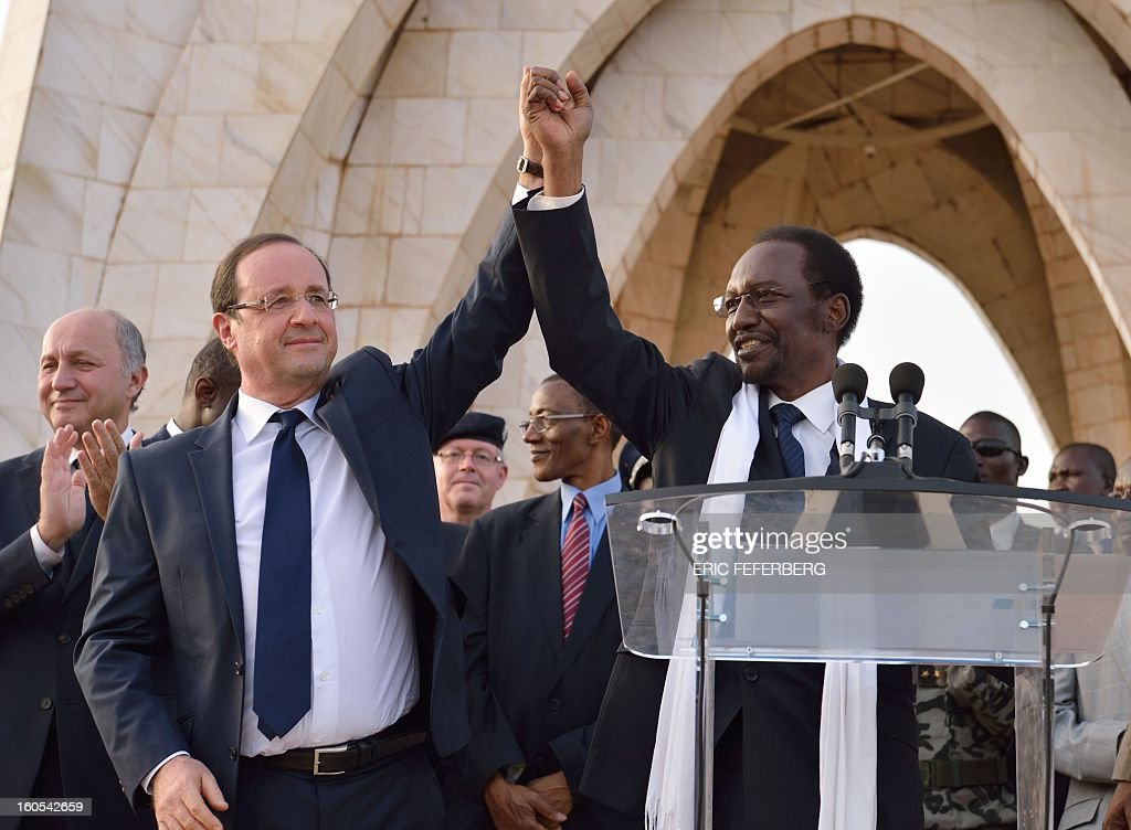 French President Francois Hollande (L) and Malian President Dioncounda Traore (R) wave to the crowd after their speech on February 2, 2013 in Bamako. Hollande called on Africans to take over the fight against extremism as he received a rapturous welcome today in Mali, where a French-led offensive has driven back Islamist rebels from the north. AFPPHOTO / ERIC