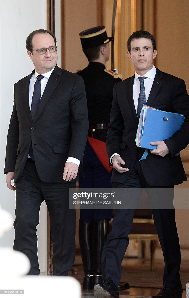French President Francois Hollande (L) and Prime Minister Manuel Valls walk through the entrance hall of the Elysee palace following the weekly cabinet meeting on February 10, 2016. AFP PHOTO / STEPHANE DE SAKUTIN / AFP / STEPHANE DE SAKUTIN
