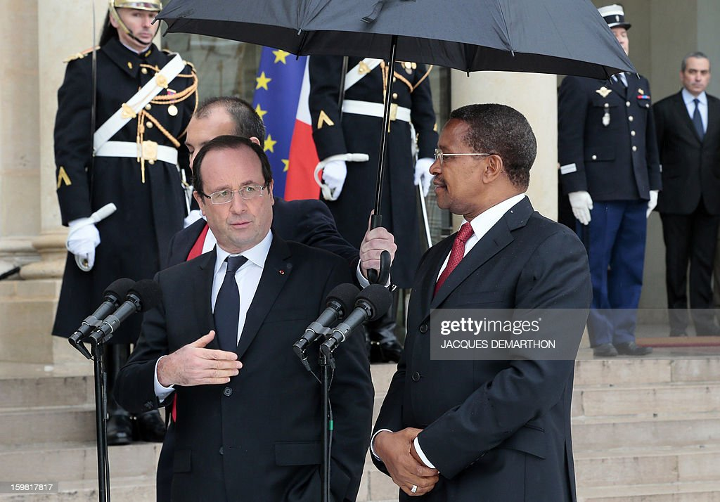 French President Francois Hollande (L) and Tanzanian President Jakaya Kikwete (R) speak to the press at the presidential Elysee Palace after a meeting on January 21, 2013 in Paris.