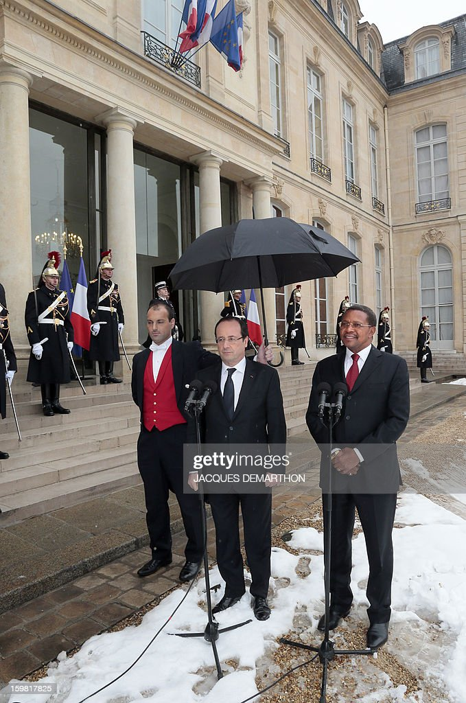 French President Francois Hollande (C) and Tanzanian President Jakaya Kikwete (R) address the press at the presidential Elysee Palace after a meeting on January 21, 2013 in Paris.
