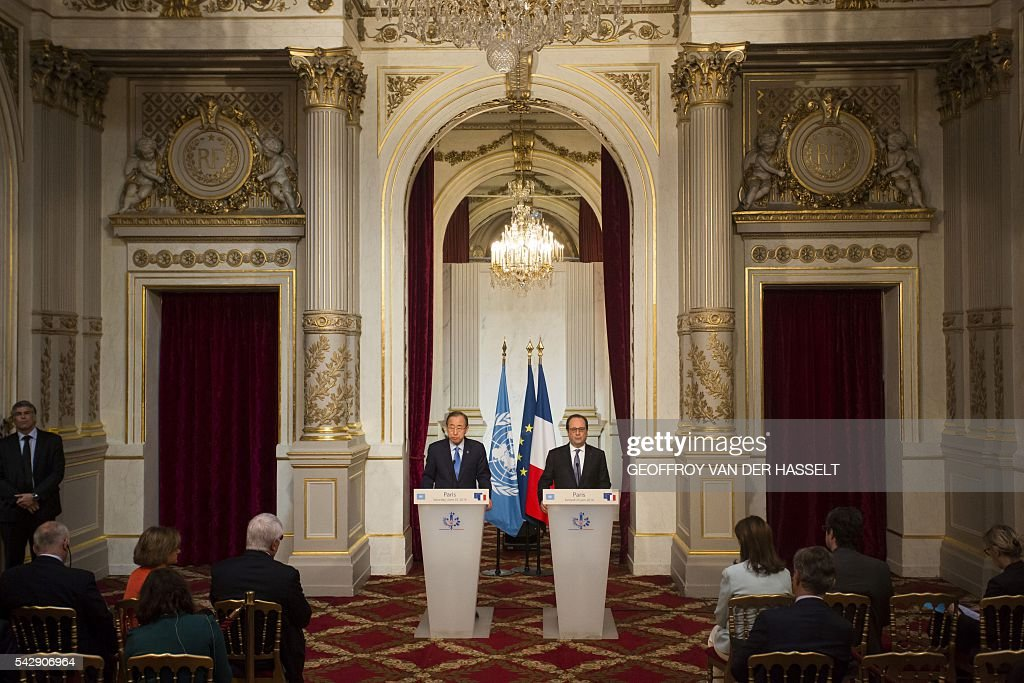 French President Francois Hollande (C-R) and UN Secretary-General Ban Ki-moon (C-L) hold a joint press conference following a meeting on June 25, 2016 at the Elysee Palace in Paris. / AFP / GEOFFROY
