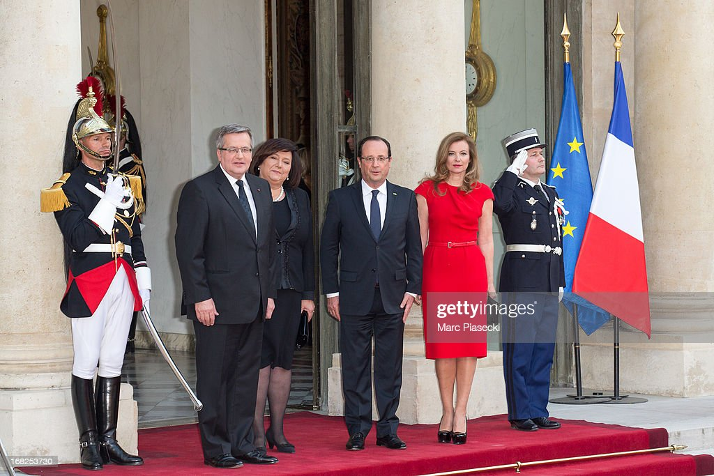 French President Francois Hollande (3rdL) and <a gi-track='captionPersonalityLinkClicked' href=/galleries/search?phrase=Valerie+Trierweiler&family=editorial&specificpeople=8534231 ng-click='$event.stopPropagation()'>Valerie Trierweiler</a> (R),Poland President <a gi-track='captionPersonalityLinkClicked' href=/galleries/search?phrase=Bronislaw+Komorowski&family=editorial&specificpeople=836872 ng-click='$event.stopPropagation()'>Bronislaw Komorowski</a> (L) and wife Anna Komorowska (2ndL) pose as they arrive to attend a state dinner at Palace Elysee on May 7, 2013 in Paris, France.