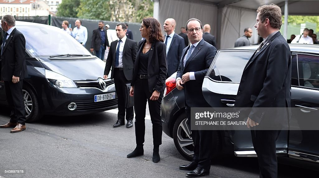 French President Francois Hollande (C) arrives to visit the Viva technology event in Paris on June 30, 2016. / AFP / STEPHANE