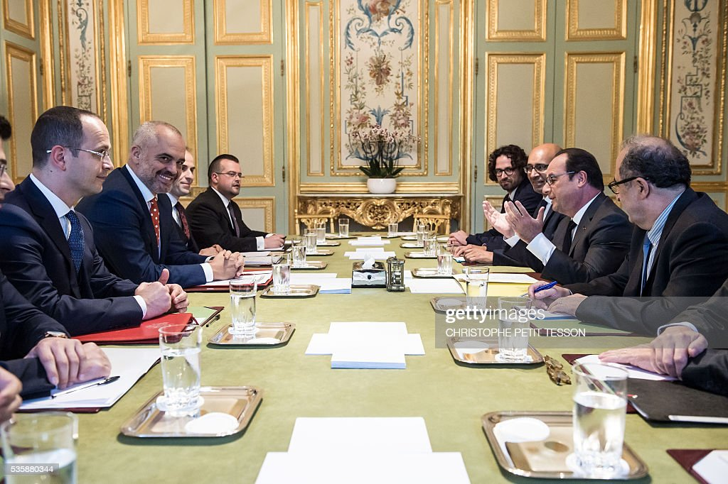 French President Francois Hollande (2-R) attends a meeting with Albanian Prime Minister Edi Rama (2-L) at the Elysee Palace in Paris on May 30, 2016. / AFP / POOL / Christophe Petit Tesson