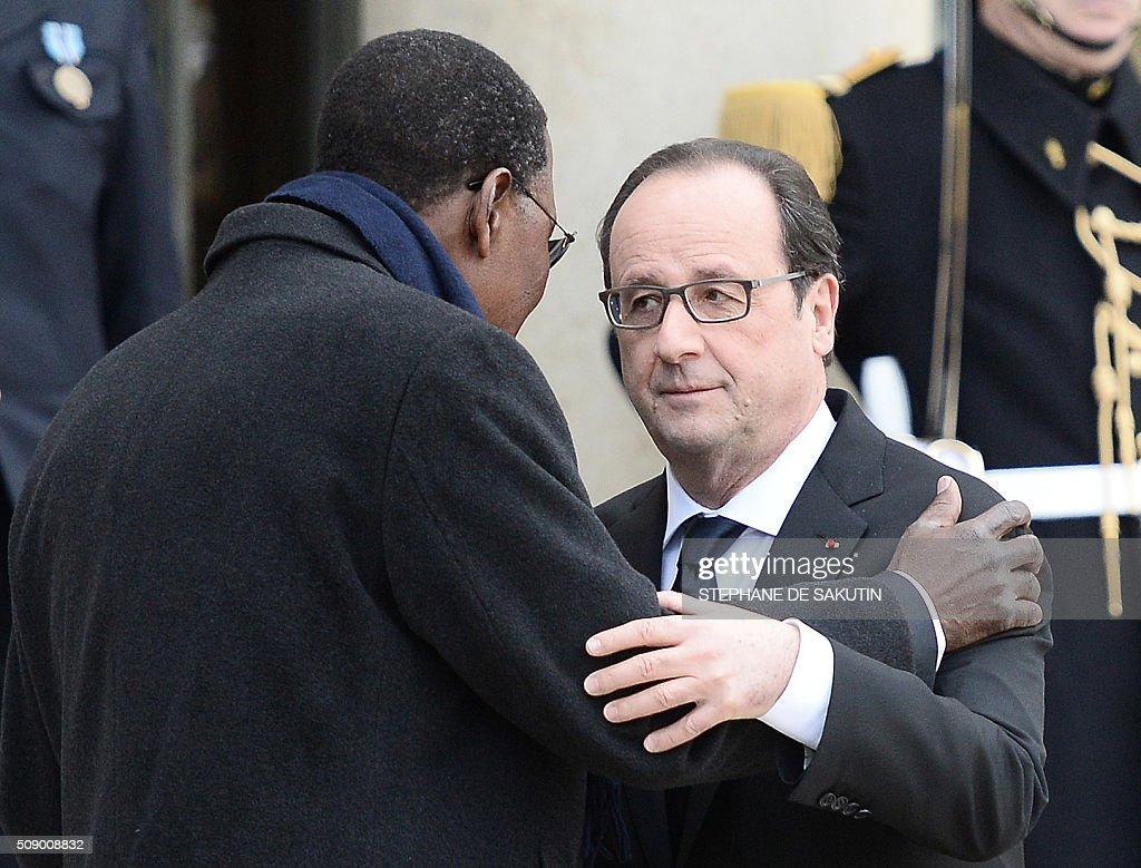 French President Francois Hollande bids farewell to Benin's President Thomas Boni Yayi after their meeting at the Elysee Presidential Palace in Paris on February 8, 2016. / AFP / STEPHANE DE SAKUTIN / ALTERNATIVE CROP