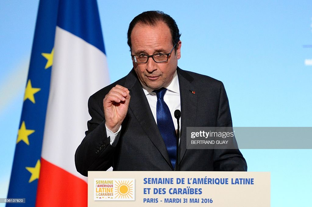 Francois Hollande (L) delivers a speech during the opening of the Latin America and Caribbean Week at the Elysee Palace in Paris on May 31, 2016. / AFP / POOL / BERTRAND