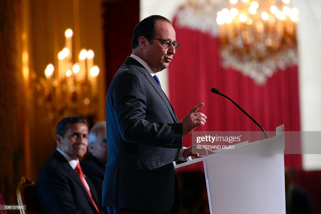 Francois Hollande (L) delivers a speech next to his Peruvian counterpart Ollanta Humala during the opening of the Latin America and Caribbean Week at the Elysee Palace in Paris on May 31, 2016. / AFP / POOL / BERTRAND