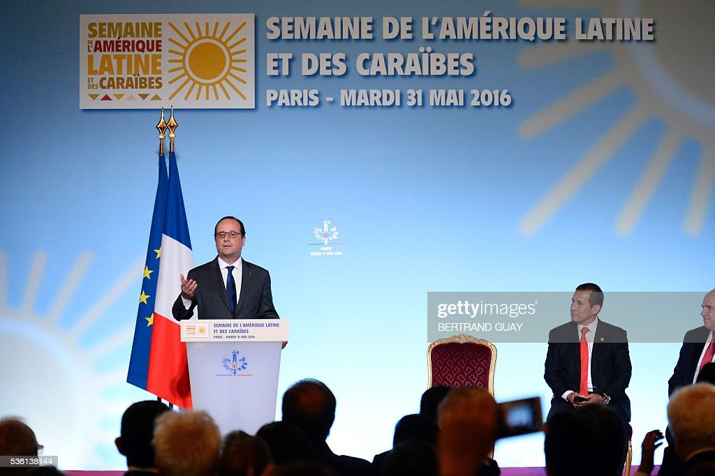 French President Francois Hollande (L) delivers a speech next to his Peruvian counterpart Ollanta Humala (C) and the Secretary General of the Union of South American Nations (UNASUR) Ernesto Samper during the opening of the Latin America and Caribbean Week at the Elysee Palace in Paris on May 31, 2016. / AFP / POOL / BERTRAND