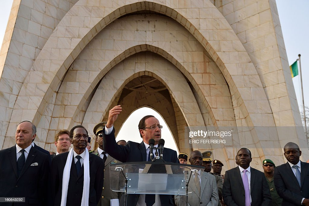 French President Francois Hollande (C) delivers a speech next to Malian President Dioncounda Traore (2ndL) on February 2, 2013 in Bamako. Hollande called on Africans to take over the fight against extremism as he received a rapturous welcome today in Mali, where a French-led offensive has driven back Islamist rebels from the north. AFP PHOTO / ERIC FEFERBERG