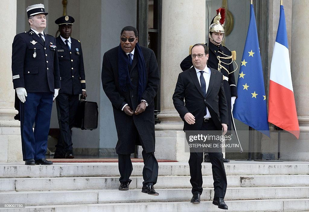 French President Francois Hollande escorts Benin's President Thomas Boni Yayi after their meeting at the Elysee Presidential Palace in Paris on February 8, 2016. / AFP / STEPHANE DE SAKUTIN