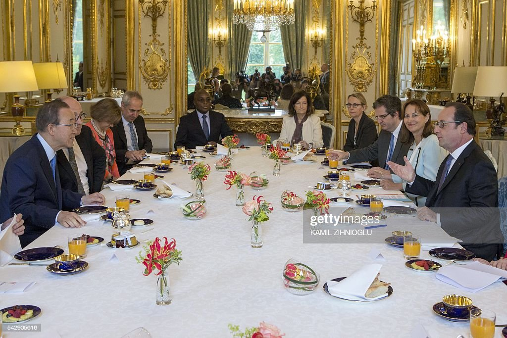 French President Francois Hollande (R) flanked by French minister for Ecology, Sustainable Development and Energy Segolene Royal (2nd R) meets with UN Secretary General Ban Ki-moon (L) on June 25, 2016 at the Elysee Palace in Paris. / AFP / POOL / Kamil Zihnioglu