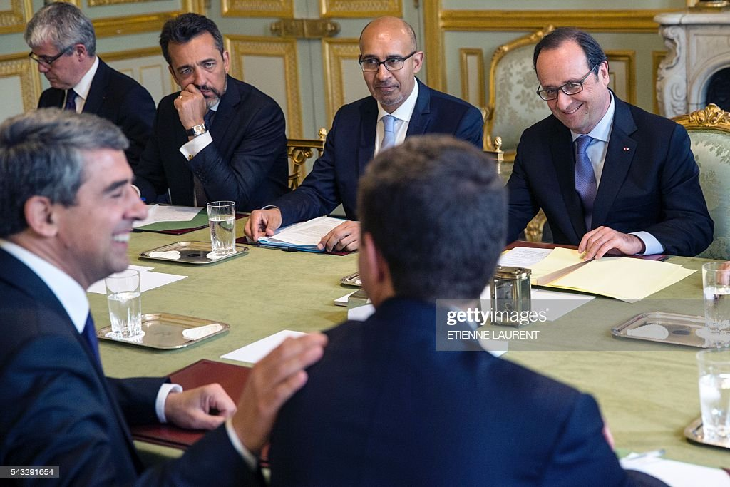 French President Francois Hollande (R), flanked by French Minister of State for European Affairs Harlem Desir (2nd R), meets his Bulgarian counterpart Rosen Plevneliev (2nd L) at the Elysee Presidential Palace in Paris, on June 27, 2016. / AFP / POOL / ETIENNE