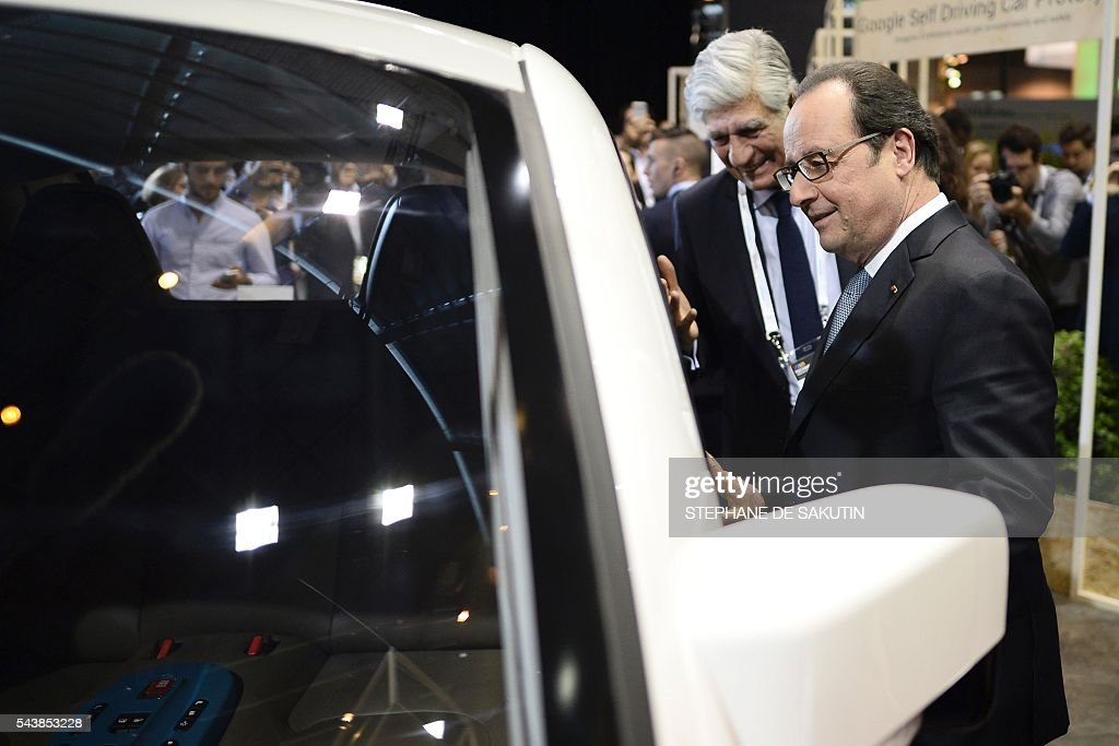 French President Francois Hollande (C) flanked Publicis Group Directory Board Chairman Maurice Levy (L), looks inside the Google's self driving car project during a visit to the Viva technology event in Paris on June 30, 2016. / AFP / STEPHANE
