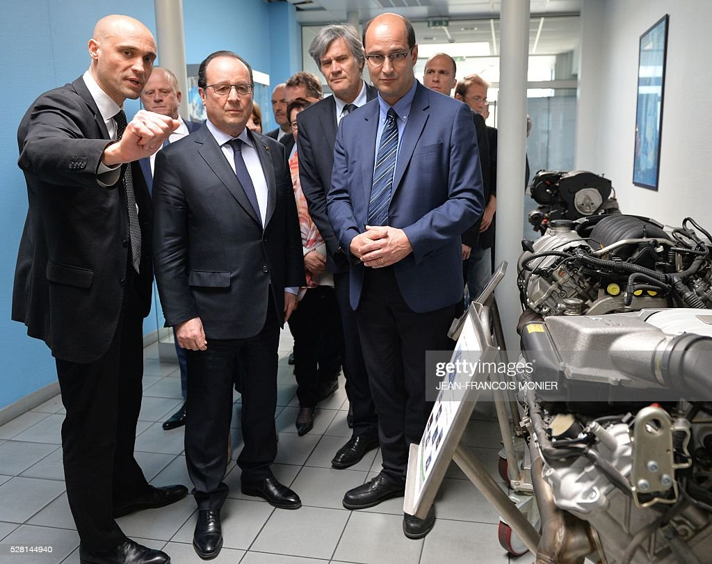 French President Francois Hollande (2L), flanked with French Agriculture minister and Government spokesperson Stephane Le Foll (2R) and Mecachrome's French Chief Executive Officer Arnaud de Ponnat (L) and Directeur MK Automotive Mecachrome Etienne Braud (R), visits the MK Automotive Mecachrome plant on May 4, 2016 in Sable-sur-Sarthe, northwestern France. / AFP / JEAN