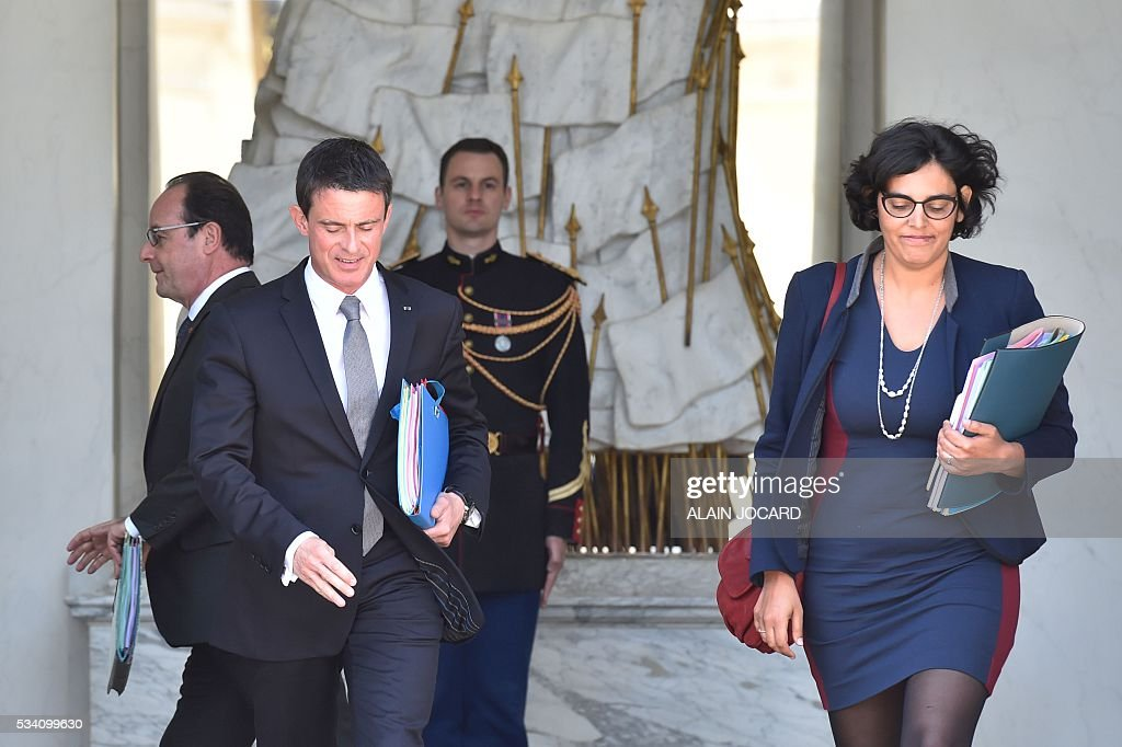 French president Francois Hollande (L), French Labour minister Myriam El Khomri (R) and French Prime Minister Manuel Valls (2ndL), leave after the weekly cabinet meeting on May 25, 2016, in Paris, at the Elysee presidential palace. / AFP / ALAIN
