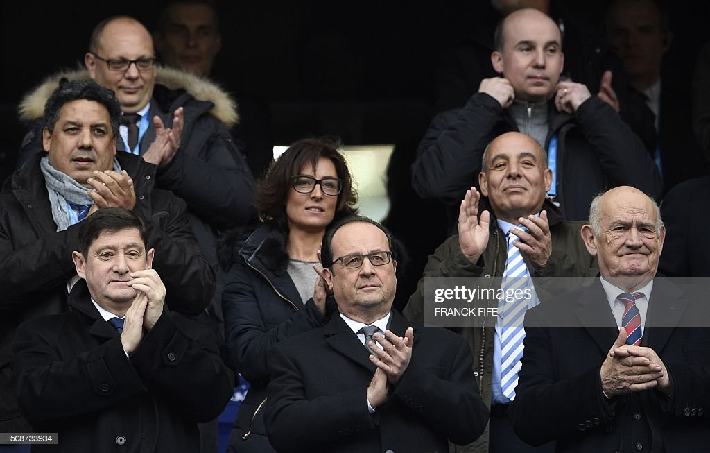 French President Francois Hollande (C), French Minister for Cities, Youth and Sport Patrick Kanner (L) President of the French Rugby Federation Pierre Camou (R) attend the Six Nations international rugby union match between France and Italy at the Stade de France in Saint-Denis, north of Paris, on February 6, 2016. AFP PHOTO / FRANCK FIFE / AFP / FRANCK FIFE