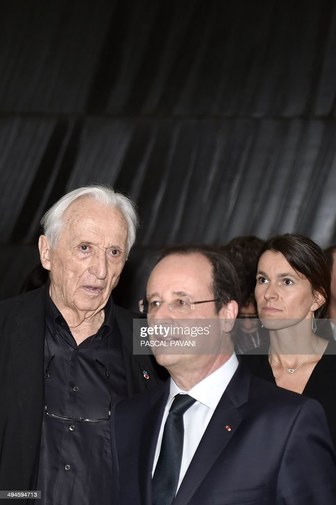 French President Francois Hollande (C), French painter Pierre Soulages (L) and French Culture Minister Aurelie Filippetti take part in the inauguration of the Soulages museum in Rodez, southern France, on May 30, 2014. AFP PHOTO / POOL / PASCAL PAVANI