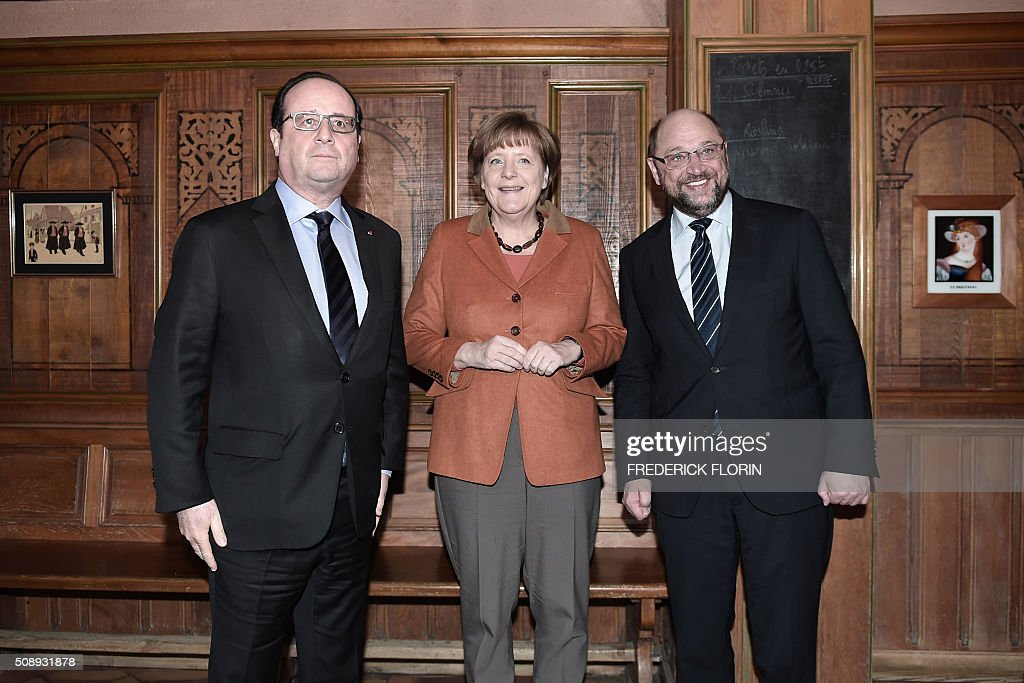 French President Francois Hollande, German Chancellor Angela Merkel and European Parliament president Martin Schulz pose for a picture as they arrive for an informal dinner in Strasbourg after a meeting on the migrants crisis and the 'Brexit'. AFP PHOTO / FREDERICK FLORIN / AFP / POOL / FREDERICK FLORIN
