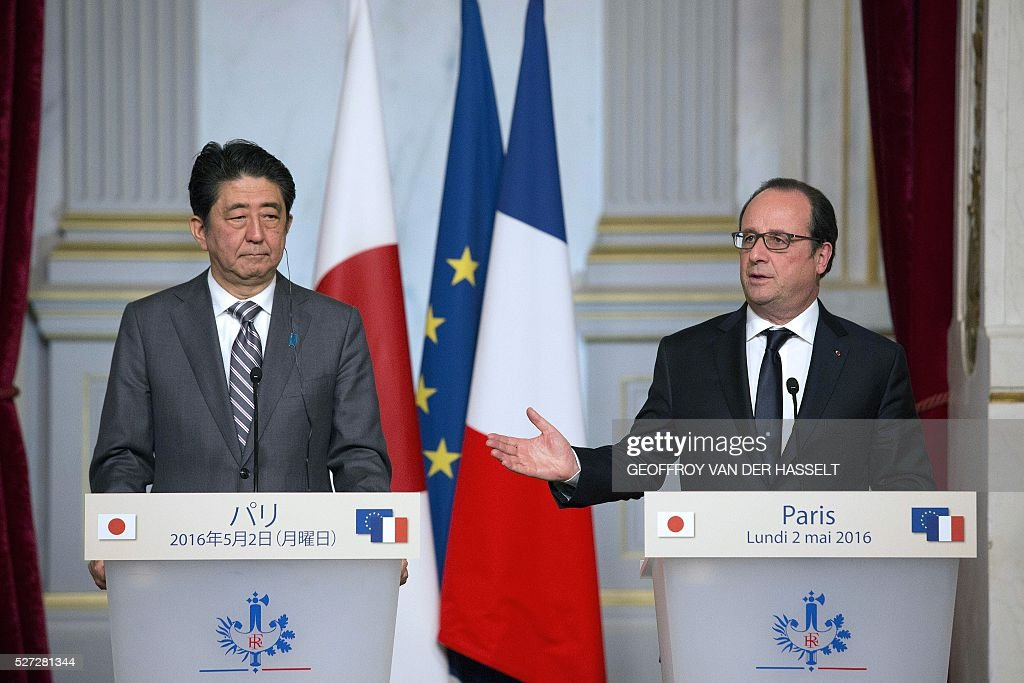 French President Francois Hollande (R) gestures as he speaks next to Japanese Prime Minister Shinzo Abe during a press conference in Paris on May 2, 2016. / AFP / GEOFFROY