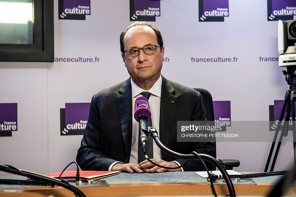 French President Francois Hollande gives an interview in the studio of French radio station France Culture, a branch of the public radio group Radio France, on May 24, 2016, in Paris. / AFP / POOL / Christophe Petit Tesson