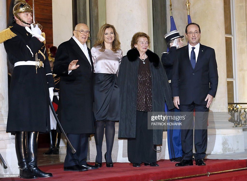 French President Francois Hollande (R), his companion Valerie Trierweiler (2nd L) welcome Italian President Giorgio Napolitano (L) and his wife Clio (2nd R) at the Elysee palace in Paris, before a state dinner as part of a two-day state visit of Napolitano, on November 21, 2012.