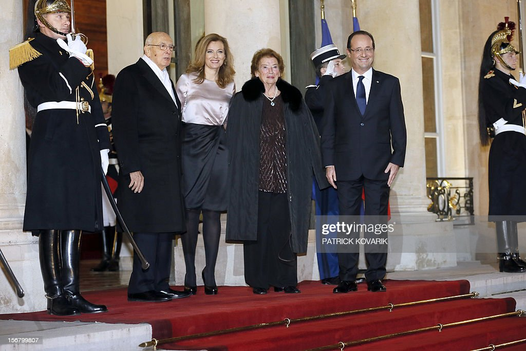 French President Francois Hollande (R), his companion Valerie Trierweiler (2nd L) welcome Italian President Giorgio Napolitano (L) and his wife Clio (2nd R) at the Elysee palace in Paris, before a state dinner as part of a two-day state visit of Napolitano, on November 21, 2012. AFP PHOTO / PATRICK KOVARIK