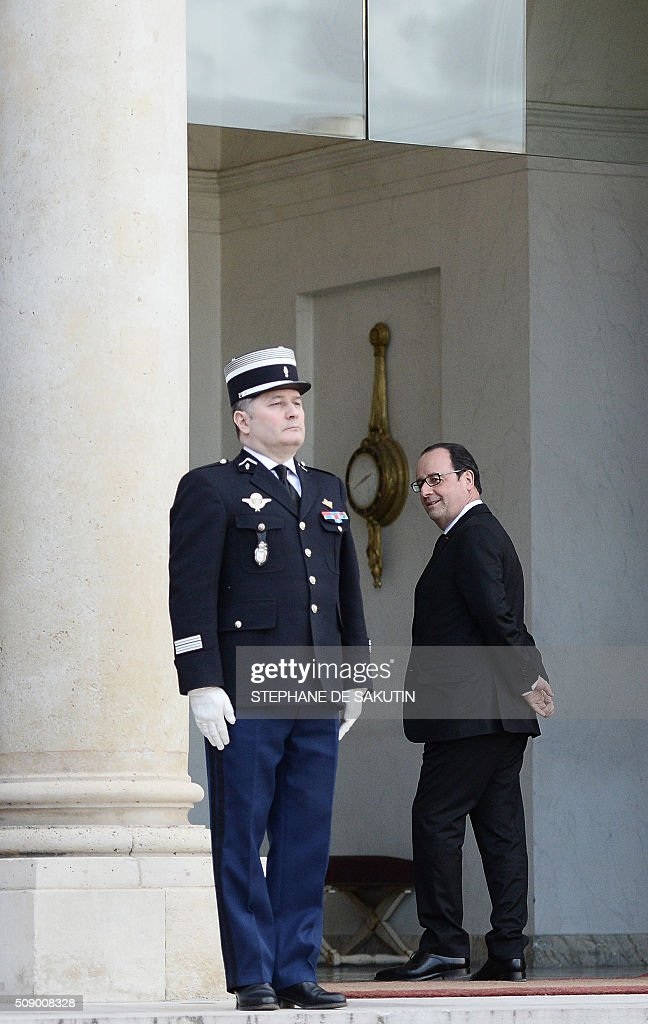 French President Francois Hollande leaves after the departure of Benin's president at the Elysee Presidential Palace in Paris on February 8, 2016. / AFP / STEPHANE DE SAKUTIN
