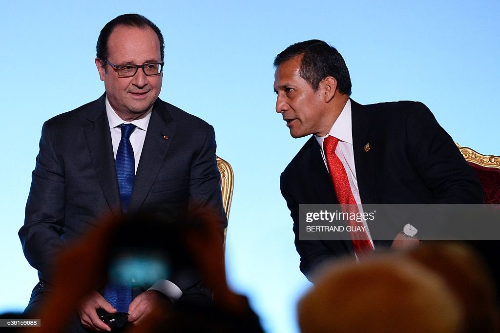 French President Francois Hollande (L) listens to his Peruvian counterpart Ollanta Humala during the opening of the Latin America and Caribbean Week at the Elysee Palace in Paris on May 31, 2016. / AFP / POOL / BERTRAND