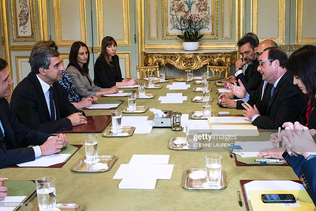 French president Francois Hollande (2nd R) meets his Bulgarian counterpart Rosen Plevneliev (2nd L) at the Elysee Presidential Palace in Paris, on June 27, 2016. / AFP / POOL / ETIENNE