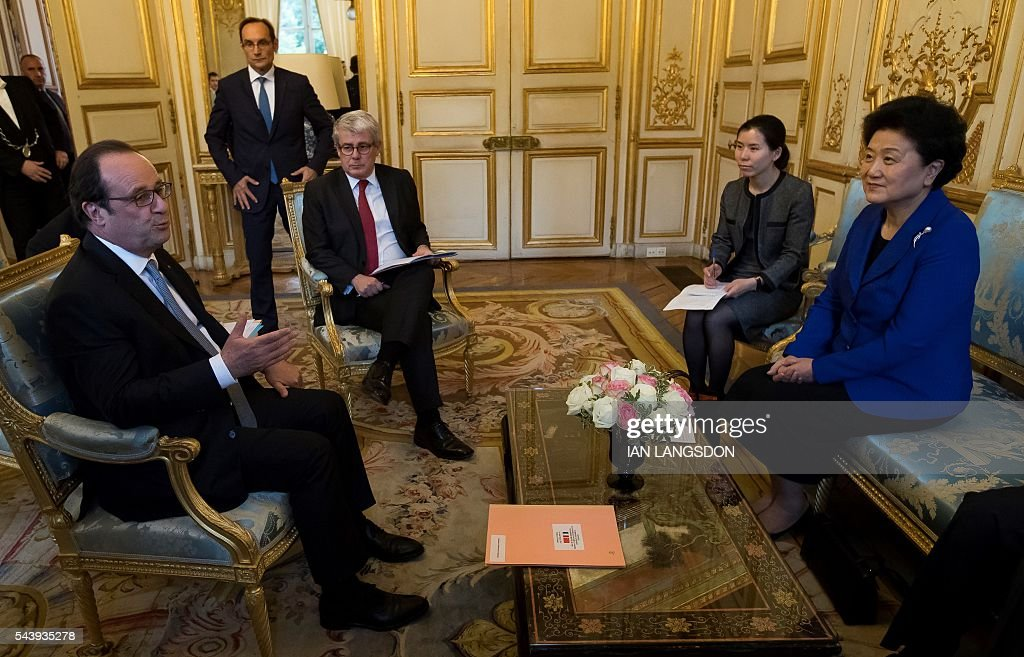 French President Francois Hollande (L) meets with China's Vice Premier Liu Yandong (R) at the Elysee Palace in Paris on June 30, 2016. / AFP / POOL / IAN