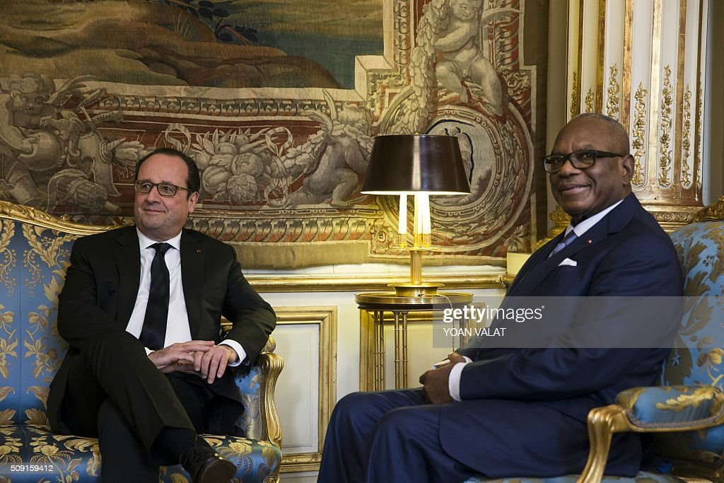 French President Francois Hollande (L) meets with Malian President Ibrahim Boubacar Keita (R) at the Elysee presidential palace in Paris, on February 9, 2016. / AFP / POOL / YOAN VALAT