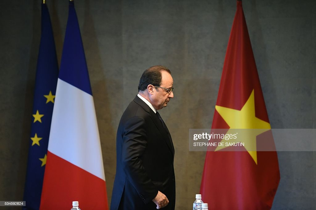 French President Francois Hollande prepares to meet Vietnam's Prime Minister Nguyen Xuan Phuc for a bilateral meeting on the sidelines of the second day of the G7 Summit in Shima in Mie prefecture on May 27, 2016. A British secession from the European Union in next month's referendum could have disastrous economic consequences, G7 leaders warned on May 27 at the close of the summit in Japan. / AFP / STEPHANE
